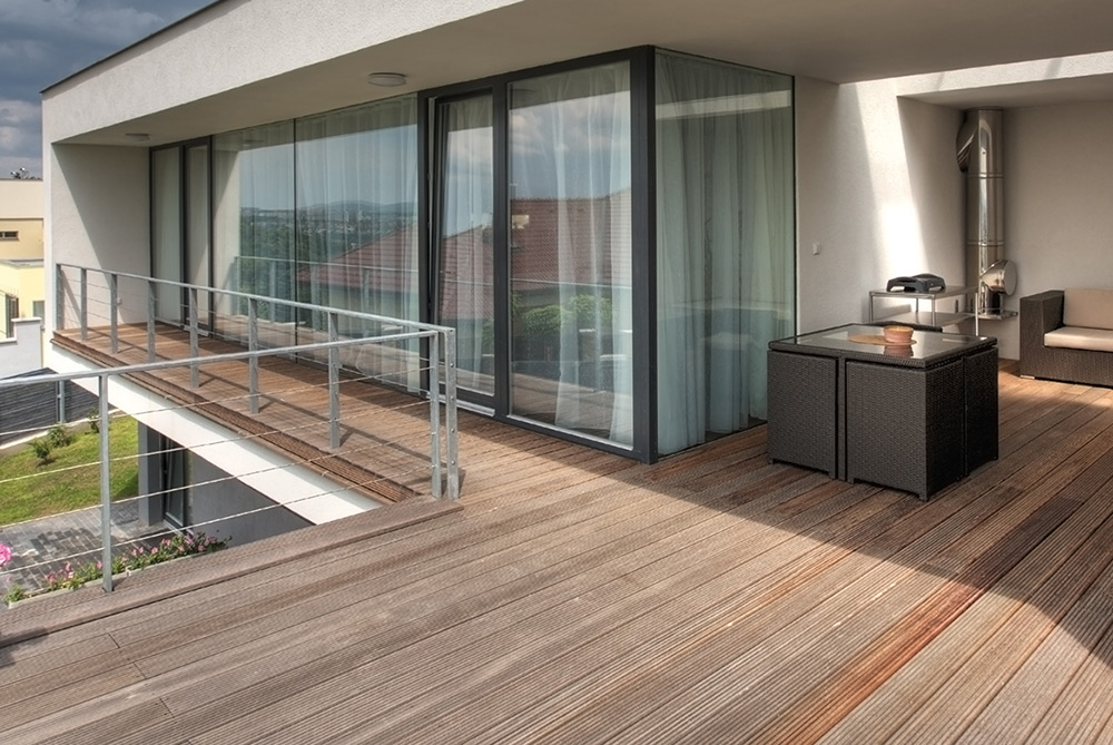Terrasse en carrelage imitation bois simple carrelage for Parquet exterieur composite